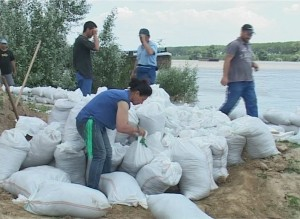 """Viitura se apropie ameninţătoare. Va rezista Galaţiul """"asediului"""" apelor Dunării?"""