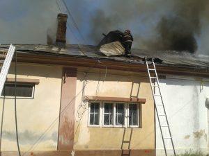 Află de aici unde arde o casă, în centrul Galațiului