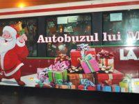 """O zi plină de cadouri împărţite în  """"Autobuzul lui Moş Crăciun"""""""