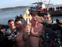 FOTOGALERIE: 11 temerari au sărit în Dunăre după crucea sfințită