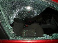 Miracol pe Domnească. O maşină parcată, cu geamul spart, a rămas nejefuită