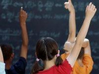 Elevii și cadrele didactice se întorc, luni, la ore