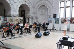 """Imagine de la un recital susţinut în holul Universităţii """"Dunărea de Jos"""""""