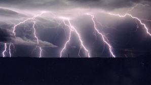După zilele calde din weekend vom avea parte și de instabilitate atmosferică: ploi, descărcări electrice și grindină
