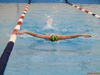Înotul, sănătate curată mai ales pentru copiii sub 10 ani