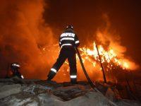 Un incendiu a lăsat o familie din Odaia Manolache sub cerul liber