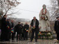 FOTOGALERIE: Manifestări la Statuia lui Mihai Eminescu. Elevi şi autorităţi locale au adus un omagiu poetului şi publicistului român
