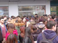 Sute de tineri gălăţeni au ieşit astăzi în stradă