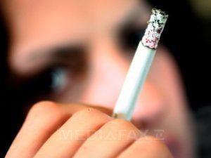 Începând de joi, fumătorii nu vor mai putea să-şi aprindă ţigara în restaurant, în bar, în club sau în orice spaţiu public
