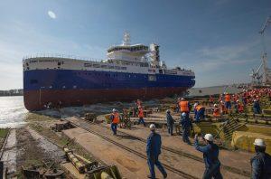 """VIDEO. Lansare la """"Damen"""". Noua navă, construită pentru Marea Britanie și destinată parcurilor eoliene din Marea Nordului"""