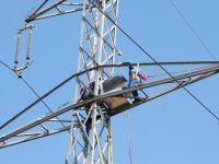 Un angajat al Electrica și-a pierdut viața după ce a fost electrocutat pe un stâlp de înaltă tensiune