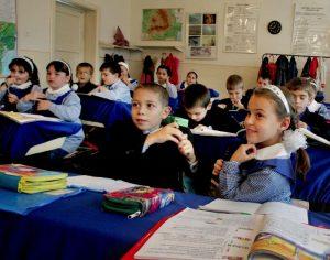 Cadre didactice de la Școala nr 10 din Galați, amendate pentru discriminarea unei fetițe cu Sindrom Asperger