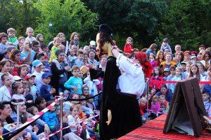 """FOTOGALERIE. Marca """"Gulliver"""". Teatru de păpuși în Grădina Publică, cu locuri la """"balcon"""", pe umerii bunicilor"""
