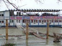 Anchetă a ITM la un restaurant plutitor, unde o adolescentă de 16 ani a leșinat din cauza epuizării