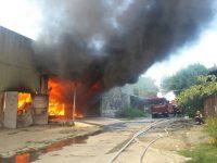 UPDATE ora 14.00. Pompierii acționează cu tunurile de apă de pe 16 autospeciale pentru lichidarea incendiului