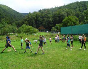 """""""ZAMBETE PE POTECI"""" pentru copiii cu autism din APCA Galaţi: tabara de recuperare la munte"""